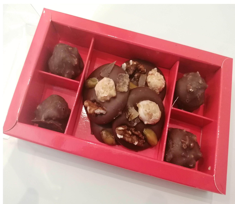Boîte rochers et mendiants au chocolat au lait